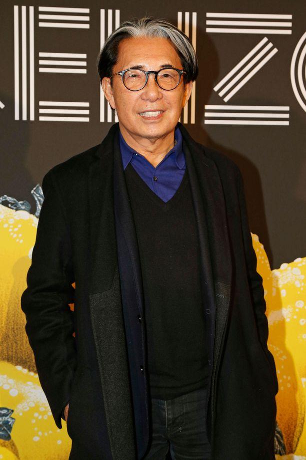 Uskoisitko 80-vuotiaaksi? Kenzo Takada ennen Kenzon näytöstä Pariisin muotiviikolla.