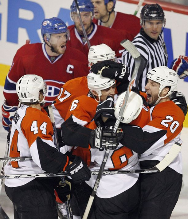 Kimmo Timonen (44) juhlii Flyersin 4–2-maalia, Montrealin Saku Koivulla (C) tuntuu olevan paljonkin sanottavaa.