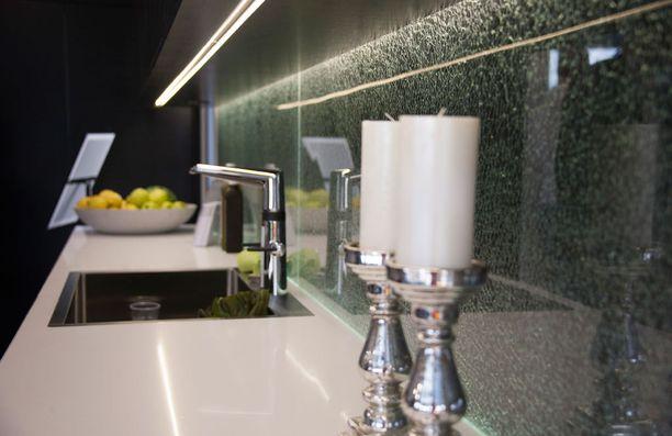 Säröytetty lasilaatta on kiinnostava pintamateriaali, joka toimii niin kylpyhuoneessa kuin keittiössäkin.