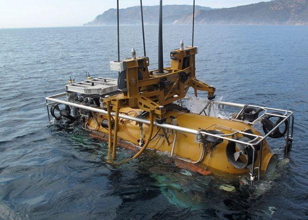 Sukellusvene pyritään löytämään pienoissukellusveneen avulla.