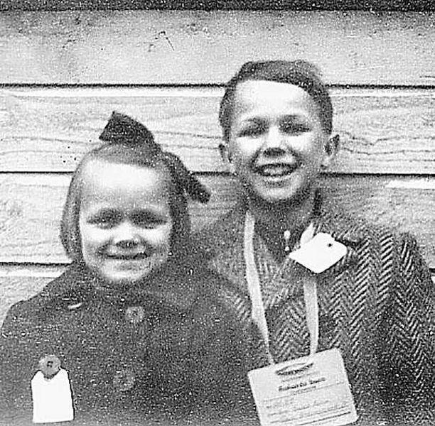 Sotalapset Rauni ja Raimo Kemi palaamassa Ouluun huhtikuussa 1945.