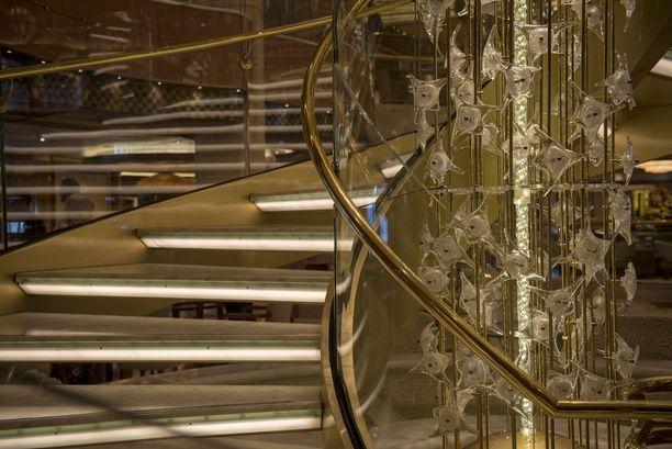 Aukiolta löytyy kullanhohtoiset portaat ja prameat koristeet.
