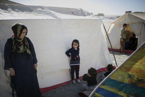Perheitä on majoitettu väliaikaisesti telttoihin.