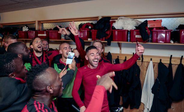 Östersundin pelaajat juhlivat pukuhuoneessa voiton jälkeen.