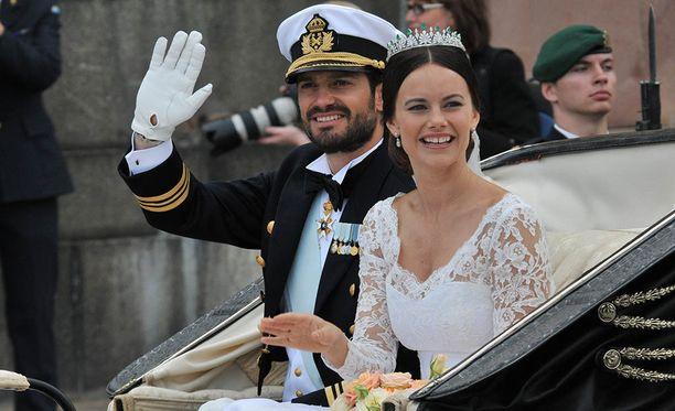 Tältä Carl Philip ja Sofia näyttivät hääpäivänään. Pariskunta tervehti kuninkaallisfaneja iloisesti vilkutellen.