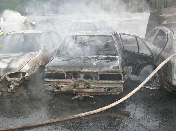 Poliisi epäilee useiden henkilöautojen paloa tahallaan sytytetyksi.