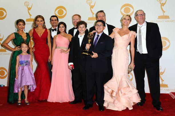 Palkittu Moderni perhe alkoi vuonna 2009. Reid Ewing näyttelee sarjassa Sarah Hylandin (vas.) esittämän Haleyn on-off-poikaystävää.