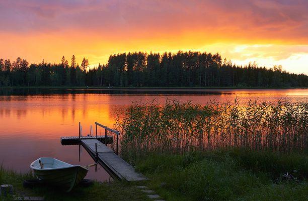 Eri ilmansuuntiin avautuvilla tonteilla on kaikilla omat hyvät puolensa. Esimerkiksi idänsuuntaiselle tontille paistaa aamuaurinko, ja upeita auringonlaskuja voi ihailla vastarannalta.