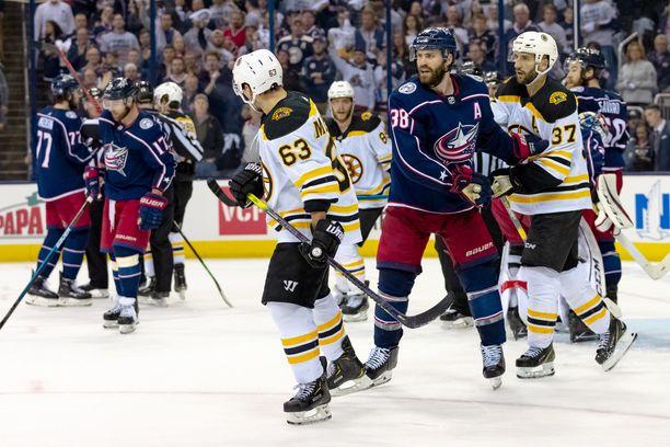 Brad Marchand (numero 63) on yksi NHL:n vihatuimpia pelaajia. Syy löytyy viime yön ottelun kaltaisista tempuista.