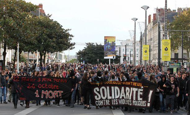 """Nantesissa mielenosoittajien lakanassa lukee """"Yhdessä poliisiväkivaltaa vastaan""""."""