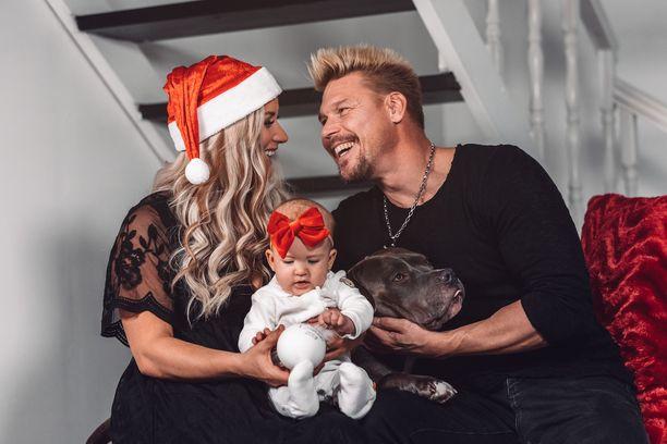 Aki ja Rita päättivät, ettei tänä jouluna pröystäillä lahjoilla, vaan nautitaan perheen yhteisistä hetkistä ja syödään hyvää jouluruokaa.