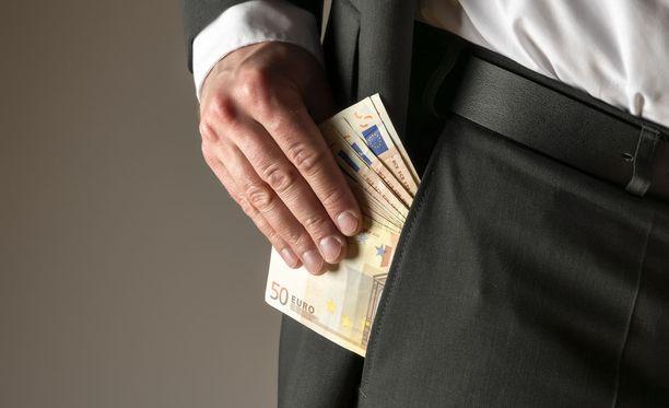Käräoikeus velvoitti Markon korvaamaan rahoja lainanneilla yhtiöille yhteensä 50804 euroa ja ex-avovaimolle yhteensä 15165 euroa.
