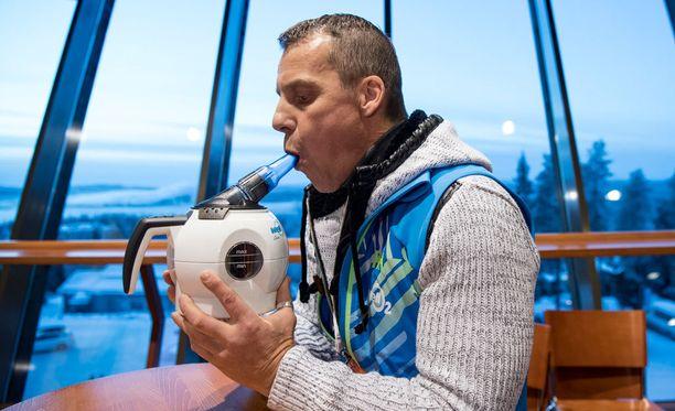 Ilpo Kuronen esitteli Well02-laitetta medialle Rukan maailmancupissa.