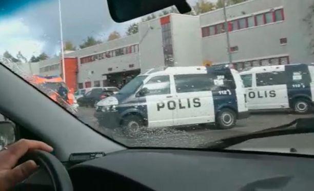 Poliisi keskeytti laajan joukkotappelun Kontulassa.