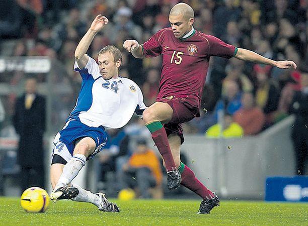 LIUKUTAKLAUS Daniel Sjölund yrittää riistää pallon Pepen nenän edestä.