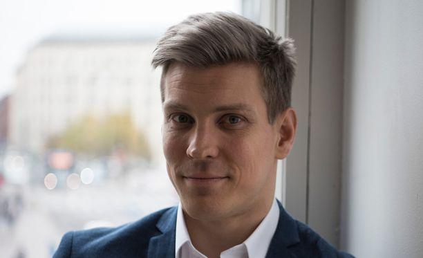 Näyttelijä Antti Holma otti kantaa syöpäkeskusteluun.