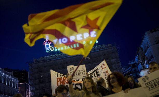 Espanjan hallitus antoi lauantaina esityksensä Katalonian itsehallinnon rajoittamiseksi. Kuva mielenosoituksesta.