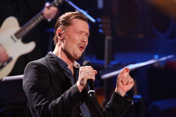 """SNL:n """"Osmo Ikonen"""" tulkitsi Cheekin Sokka irti -kappalen."""