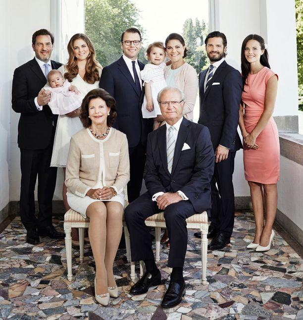 Leonore ja Estelle sulostuttavat kuninkaallista perhepotrettia.