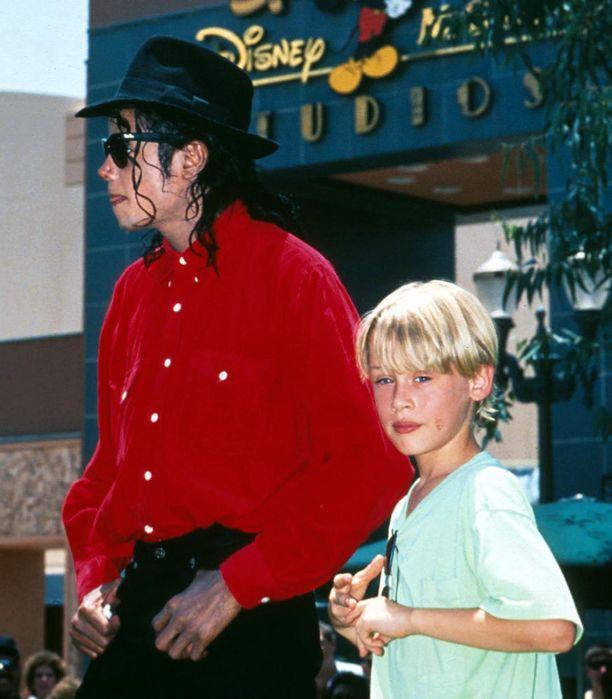 Michael Jacksonin lähipiiriin kuului monia tähtiä mukaan lukien Elizabeth Taylor ja Brooke Shields. Pahoja puheita ja spekulaatiota aiheutti tähden läheinen suhde Yksin kotona -elokuvien lapsitähteen Macaulay Culkiniin.