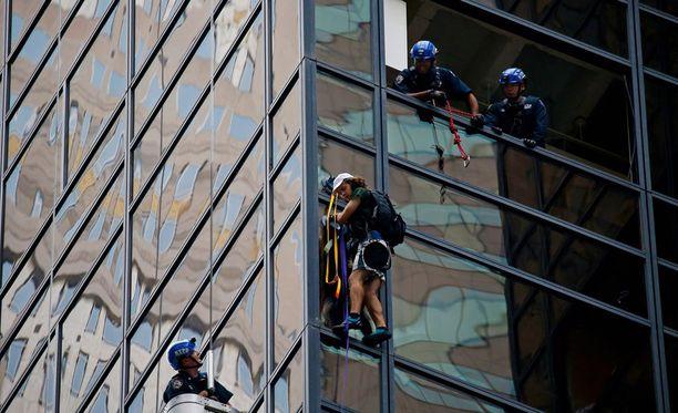 Tuntematon mies kiipeili imukuppien avulla Trump Toweria pitkin runsaat kaksi tuntia keskiviikkona.