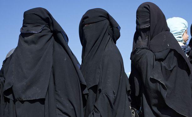 Äärikonservatiivisesti pukeutuvia musliminaisia al-Holin pakolaisleirillä.
