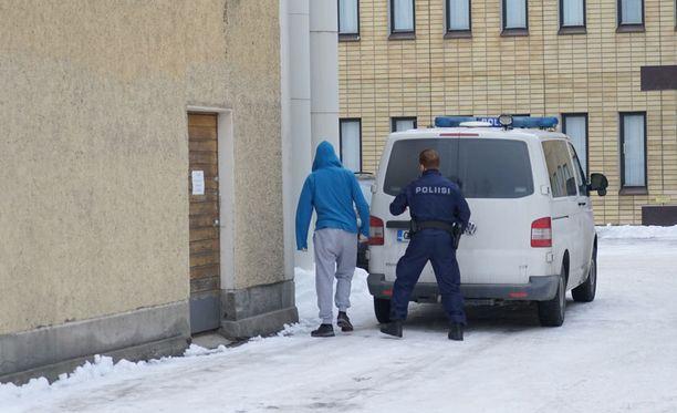 Syytetty saapui oikeuteen tänä aamuna puoli yhdeksän aikoihin.