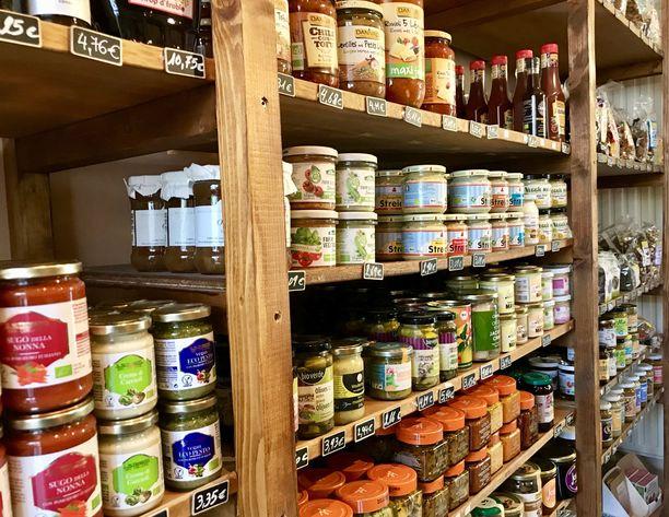 Belgiassa on paljon vegaanituotteisiin erikoistuneita pikkukauppoja, mutta vegaanituotteita myydään yhä enemmän myös tavallisissa supermarketeissa.