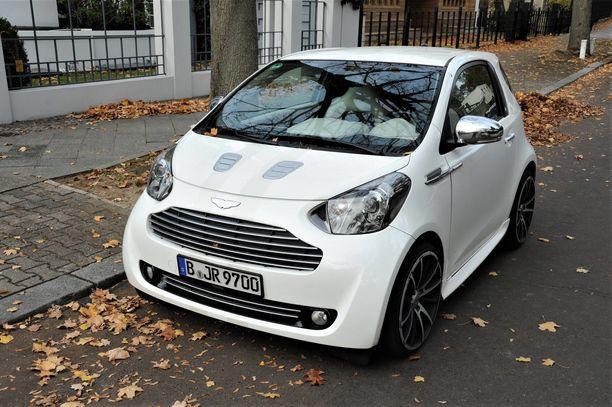 Aston Martin Cygnet on niin pieni, että sitä voi ensisilmäyksellä luulla mopoautoksi. Harva uskoo, että käytetystä kaupunkiautosta voi joutua maksamaan jopa 50 000 euroa.