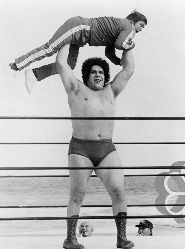 Aikuisen miehen nostaminen ei ollut Andre the Giantille suoritus eikä mikään.