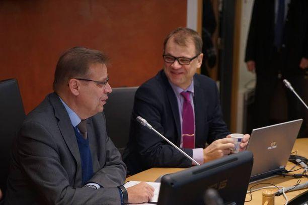 Maaliskuussa kiky-sopimuksen pääarkkitehdit iloitsivat sovusta. Pääministeri Juha Sipilä (kesk) kävi puheenjohtaja Lauri Lylyn (sd) vieraana SAK:n hallituksessa.