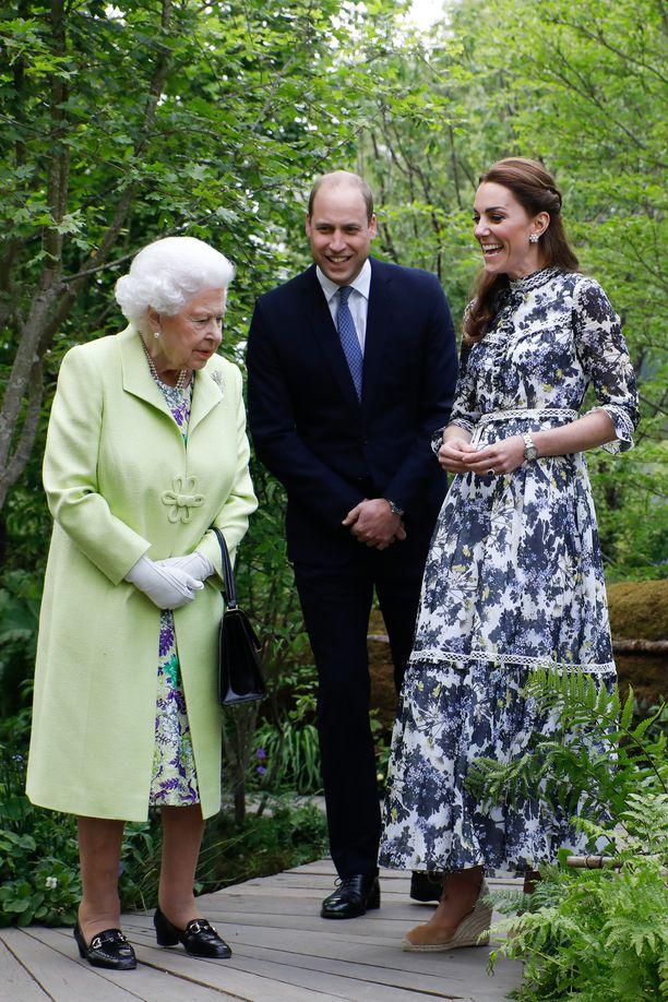 Kuningatar nauratti prinssi Williamia ja herttuatar Catherinea.