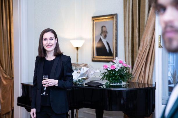 Musiikkialan edustajia oli sunnuntaina pääministerin Marinin vieraansa Kesärannassa. Oikealla edustalla muusikko Pete Parkkonen.