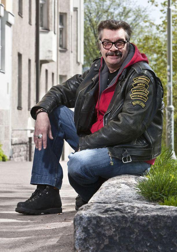 IKUINEN RIESA Näyttelijä Jussi Lampi on kärsinyt koko elämänsä unettomuudesta. Enää hän ei jaksa stressata asiasta niin paljon kuin nuorempana.