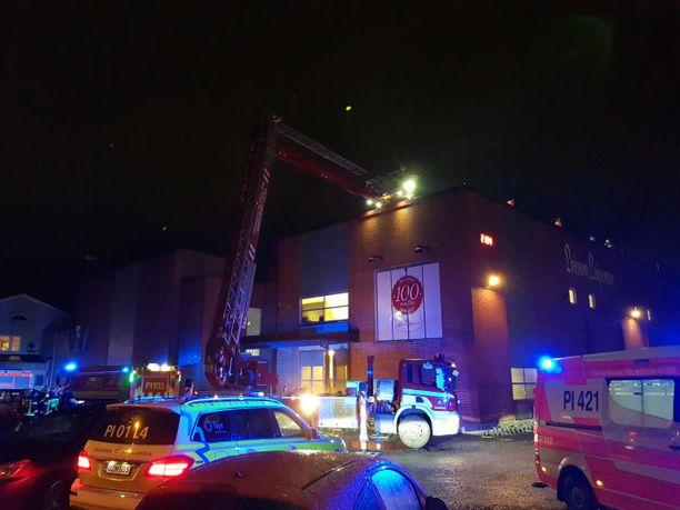 Pelastuslaitos tutki palon jälkiä Leivon leipomossa Tampereella.