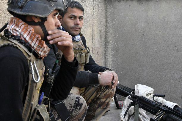 Irakin terrorismin vastaisen erikoisjoukon tarkka-ampujat ovat näköyhteydessä Isisiin, joka on joen toisella puolella.