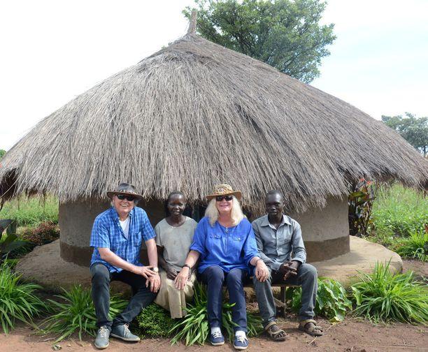 Vapautettuja lapsisotilaita Ugandassa yhdessä Pertti ja Heidi Söderlundin kanssa.