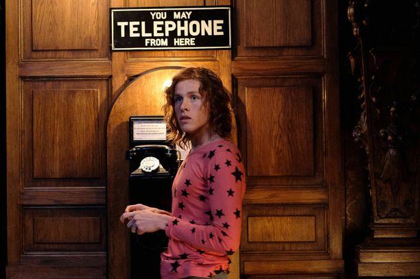Paul matkustaa Englantiin pyytämään isoisältään rahaa velkojensa maksuun. Se on helpommin sanottu kuin tehty: kartanossa oleva puhelinkin toimii vain kolikoilla.