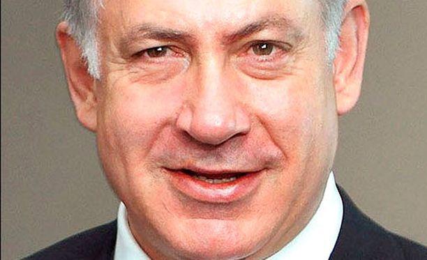 Israelin pääministeri Benjamin Netanjahu uhkaa hyökätä Gazaan. Ilmaiskut ovat kiihtyneet molemmin puolin.