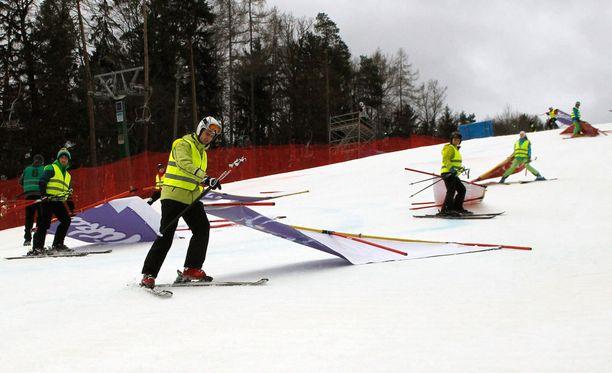 Toimitsijat joutuivat lyömään radan pakettiin ennen aikojaan sekä Garmischissa että Maroborissa. Kuva Mariborista.