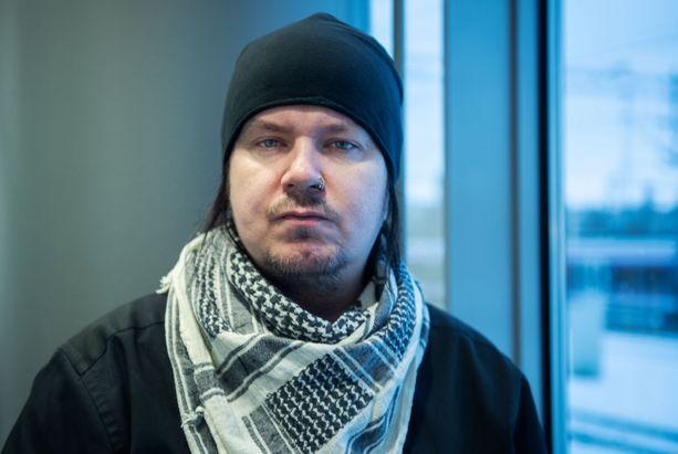 Muusikko Aki Tykki nauttii edelleen keikkailusta - edes keikkabussissa istuminen ei ole kadottanut hohtoaan.