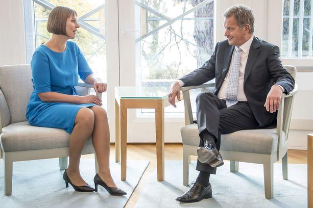 Suomella ja Virolla on hyvät suhteet, vaikka suhtautuminen itänaapuriin onkin hieman erilainen. Viron presidentti Kersti Kaljulaid ja presidentti Sauli Niinistö Helsingissä lokakuussa 2016.