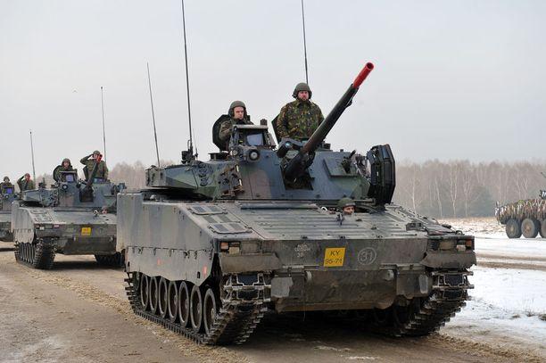 Euroopan military mobility -hankkeen tavoitteena on poistaa byrokratian luomia esteitä sotilaskaluston liikkuvuudelle sekä kohentaa teiden kuntoa sotilaskalustolle sopivaksi. Kuvassa Alankomaiden joukkoja matkalla kansainväliseen harjoitukseen Puolaan tammikuussa 2017.