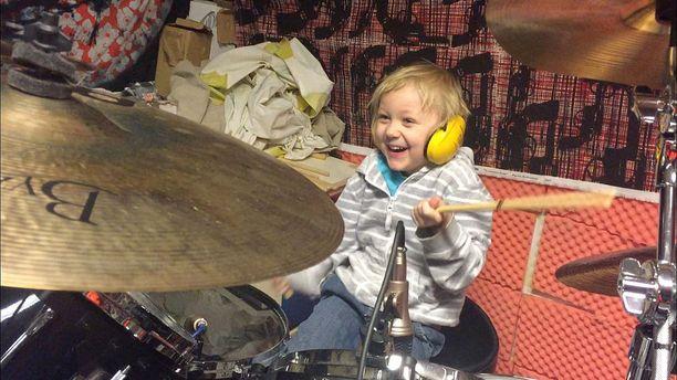 Mio Vettenterä, lempinimeltään Hukkis, on innostunut rumpujen soitosta.