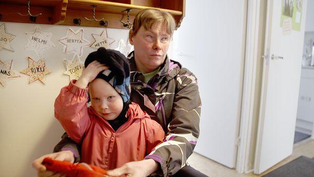 Meeri Korte on ollut syntymästään asti sokea. Äitiyttä hän pitää maailman parhaimpana asiana. - Aika tyhjää olisi muuten, hän sanoo illan dokumentissa.