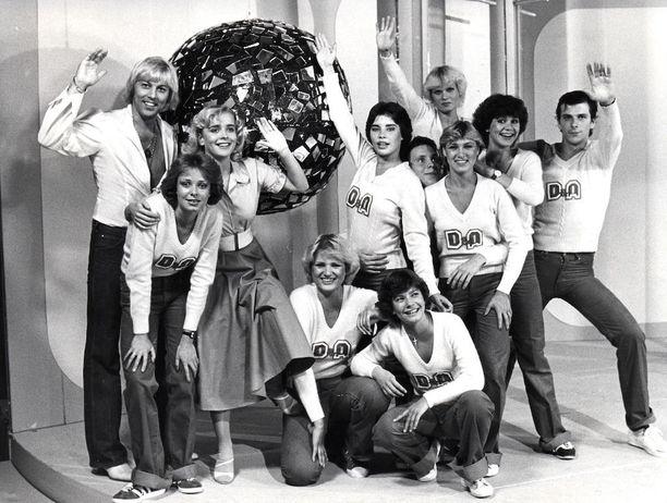 Danny ja Armi sekä heidän ryhmänsä tv-ohjelman kuvauksissa.