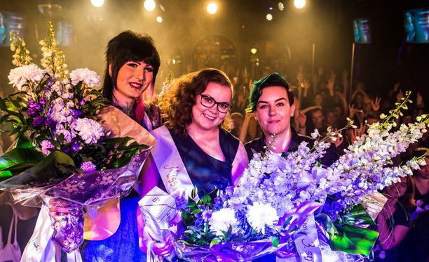 Noora Kalpio (kesk) voitti Miss Gay Finland -tittelin. Vasemmalla toiseksi tullut Jessica Love ja oikealla kolmanneksi sijoittunut Adéle Venäläinen.