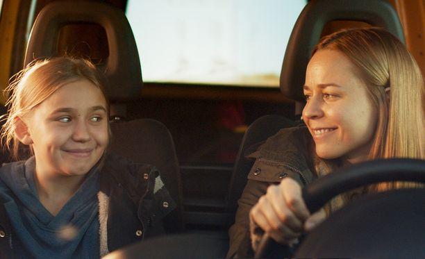 Linnea Skog ja Paula Vesala tähdittävät Suomen ehdokaselokuvaa Tyttö nimeltä Varpu.