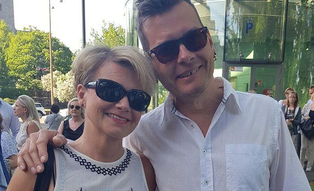 Nina ja Sami edustivat iloisina Storyvillen puistoterassin avajaisissa.