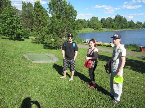Lasse, Riku ja Jonna frisbeeradan puolivälissä.